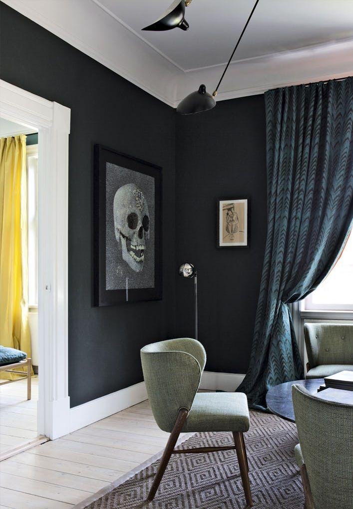 Jannik Martensen-Larsen, ejeren af Tapet Café, bor med sin kone, designer Helene Blanche, og tre børn i et hjem i Hellerup, hvor de har sat farver, mønstre, tekstiler og kunst sammen på en ekspressiv, personlig og næsten overvældende måde.