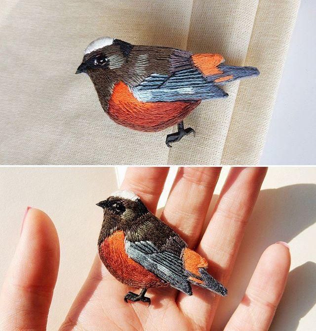 Белошапочная горихвостка! Ручная вышивка, брошь на булавке. Размер 60 * 35 мм Redstart bird brooch! Hand embroidery #bird #redstart #lerapetunina #embroidery #broderie #ricamo #bordado #stitchwork #handwork #handembroidery #embroidered #embellishment #вышивка #ручнаявышивка #птица #redstartbird #горихвостка #ручнаяработа #satinstitch