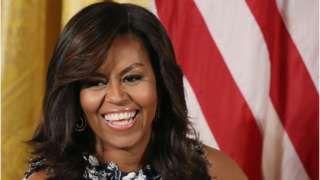 Image copyright                  Getty Images                  Image caption                                      Michelle Obama es la primera mujer afroestadounidense en ser primera dama de Estados Unidos.                                Beverly Whaling, la alcaldesa de una localidad en Virginia Occidental, Estados Unidos, renunció después de verse involucrada