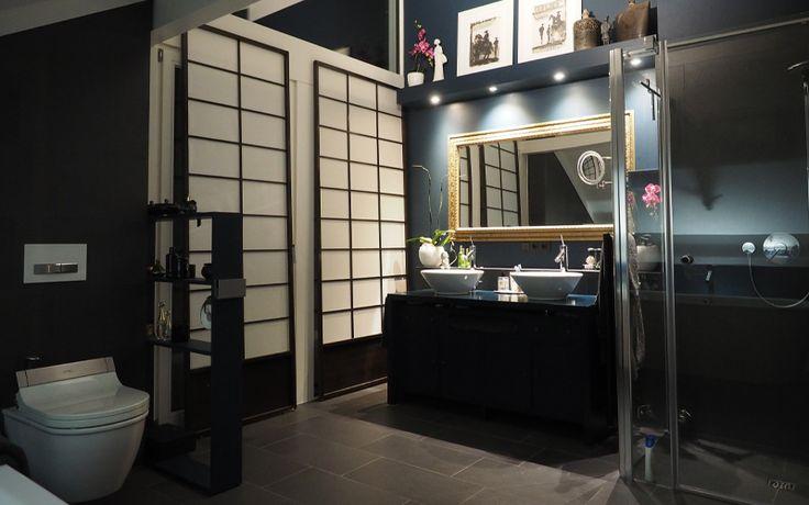 DAVINCI HAUS | Badezimmer | Bathroom | Dieses Bad ist Erholung pur. Die dunklen Wände und der dunkle Fußboden veredeln dieses Bad und verleihen ihm einen luxuriösen Touch. Mit zwei Waschbecken und einem großen, goldenem Spiegel ist auch Platz für zwei zur gleichen Zeit. Ein stressfreies Bad mit asiatischem Flair. Mehr Informationen finden Sie unter https://www.davinci-haus.de/. Wir freuen uns auf Sie! #architecture #bathroom #bad #dreamhome