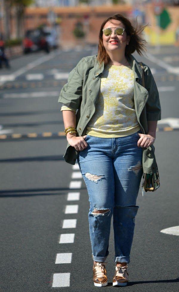 My dresser, myself street style Sudadera: Liu jo s/s 2015 by Monblu Moda Ripped jeans: H&M + s/s 2015 Zapatillas: Uterqüe s/s 2015 Parka: Suiteblanco (old) Brazalete: H&M by Anna dello Russo Gafas de sol: miu miu