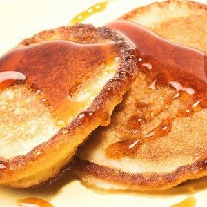 Яйцо хорошо взбить с сахаром. Попеременно высыпать муку и вливать кефир, для того чтобы не было комков: ложку муки — взбить, чуть кефира — взбить. И так, пока не кончится кефир. Потом добавить разрыхлитель или соду, гашенную уксусом.