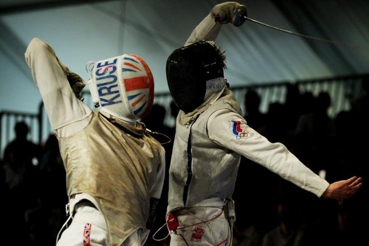 El británico Richard Kruse compite contra el ruso Alexey Cheremisinov durante la semifinal masculina del European Fencing Championships en Legnano