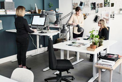 ett kontor med höj- och sänkbara skrivbord.