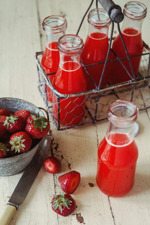 Limonade aux fraises maisons de http://troisfoisparjour.com/post/55021069179/limonade-aux-fraises-oranges-erable-sans-sucre