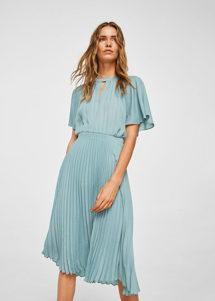 Flowy fabric Pleated fabric Straight design Round neck Front keyhole closure Bell sleeve Asymmetric button fastening at back