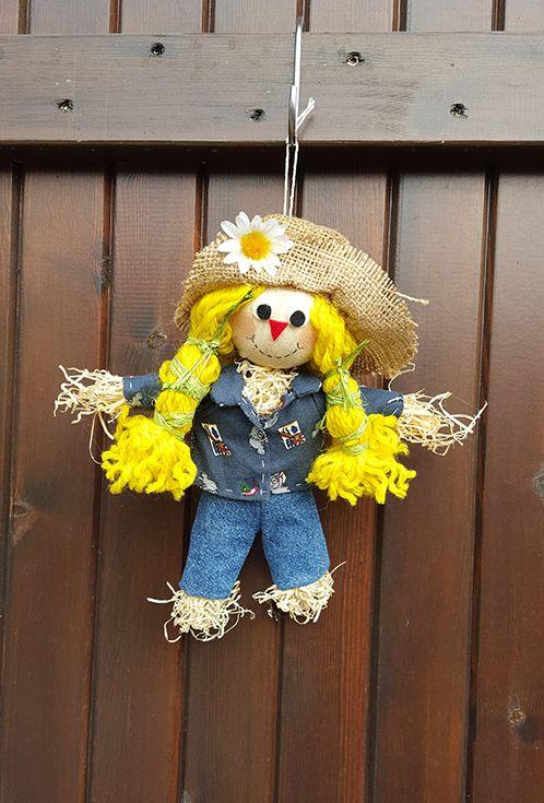 Un simpatico fuori porta di benvenuto, completamente fatto a mano. Uno spaventapasseri che darà il benvenuto ai vostri ospiti.