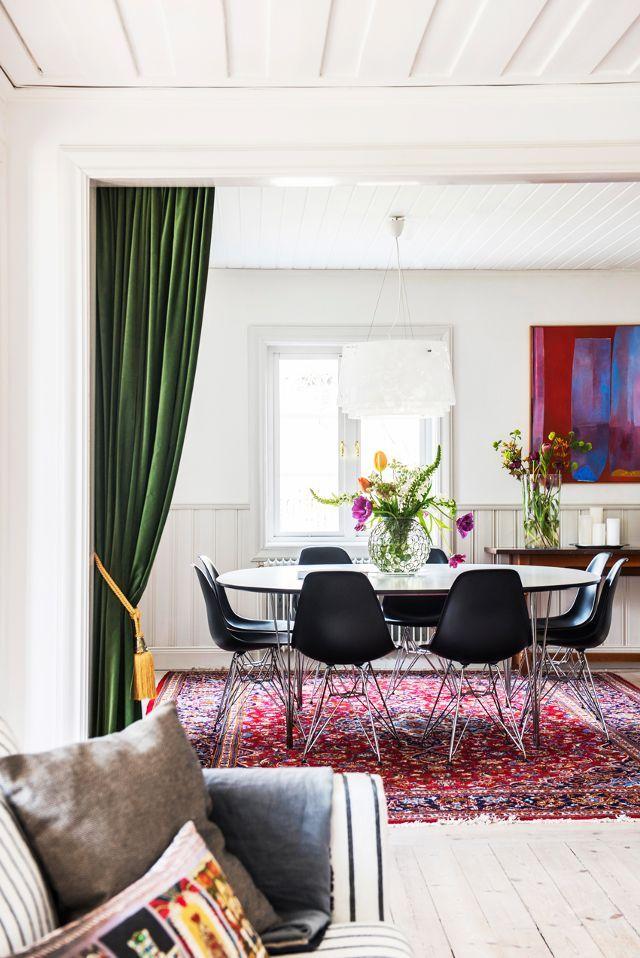 """Medan IKEA och Bemz pjäser det stilfullt inredda hemmet finns det också många ikoniska möbler som speglar sitt svenska arv.  """"Ja, det är ett mycket skandinaviskt hus! Jag har lite ..."""