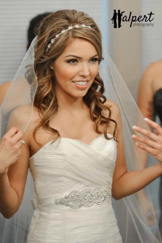 Свадебные прически с распущенными локонами на средние волосы с фатой