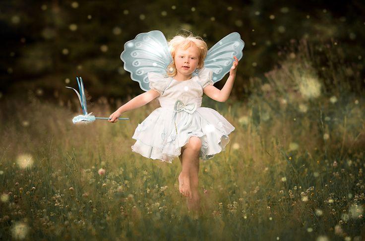Älva. Äng. Sagobild. Saga. Fairytale. Fairy. Fairy wings. Fairy wand. Golden light. Fairytale photo. Fairy dust. Meadow. By Swedish photographer Maria Lindberg.