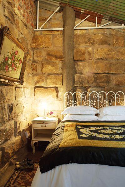 Die slaapkamers is karaktervol en gerieflik ingerig met spierwit lakens teen die ruwe sandsteenmure. Hier is die wakker word net so soet as die slaap. #Rosendal
