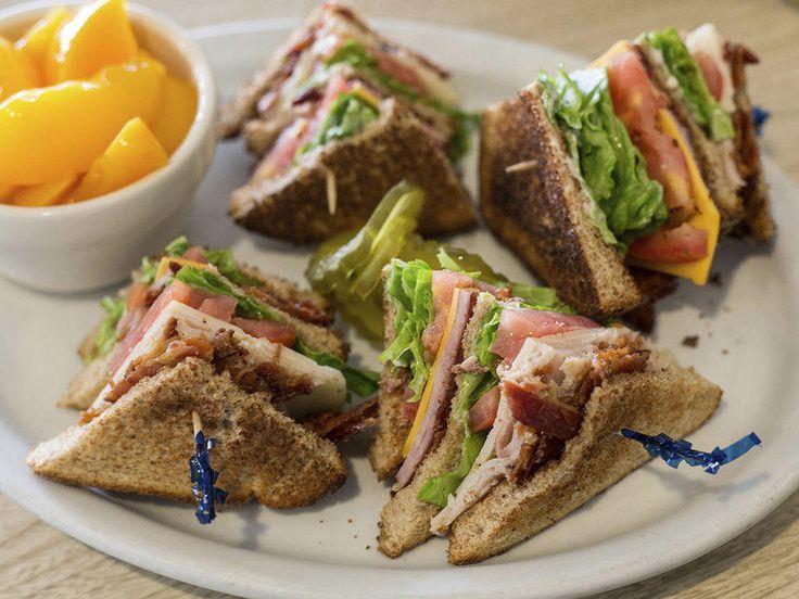 Saftig club sandwich med kylling og bacon