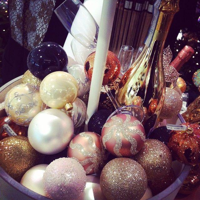 De mooiste, meest stijlvolle en hippe Oud en Nieuw feest decoratie en versiering tips vind op Stijlvol Styling - Woonblog. Fijne 'stijlvolle' jaarwisseling! Jaarwisseling/ Stijlvol Styling - Woonblog www.stijlvolstyling.com (Newyear's eve decoration)  Instagram: Ready for a #christmas #party. #Happy #Christmas #eve! Fijne #kerst #avond! #wonen #interior #interieur #inspiratie #interieurblog #woonblog #Stijlvol #Styling #style