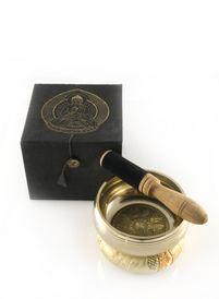 De klankschaal heeft een versierde binnenkant en heeft een heldere toon. De klankschaal wordt geleverd met een kussenring en stok in een mooie geschenkdoos. Een stok die bekleed is met vilt geeft een wat diepere klank aan de schaal.