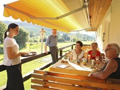 Zum Trinken bieten wir ihnen unter anderem frisch gezapfte Biere und erlesene Weine aus Baden-Württemberg.