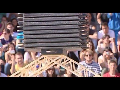 Un puente construido con palillos soporta casi 1.000 kilos de peso en Elche - YouTube