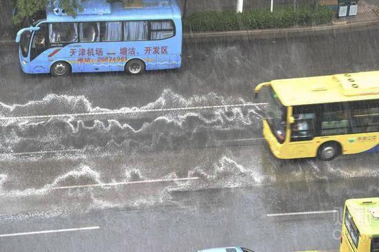 Tianjin: une mousse inquiétante apparaît sur les routes au contact de la pluie