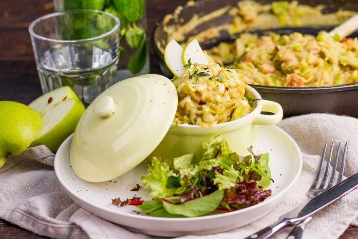 Recept voor zomers prei-stamppotje voor 4 personen. Met zonnebloemolie, zout, peper, prei, aardappel, melk, geraspte kaas, rookworst, kerriepoeder, slamelange en groene appel