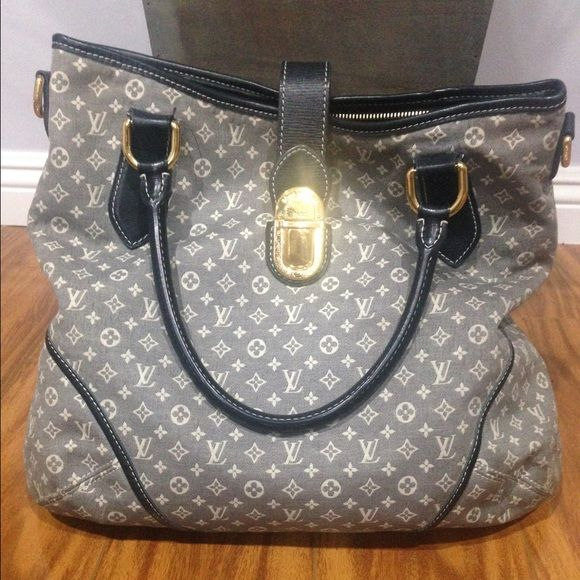 Authentic Louis Vuiiton purse 100 % Authentic LV purse. Please see photos. In good used condition. Louis Vuitton Bags Shoulder Bags