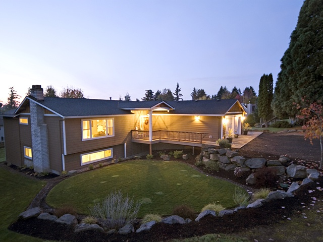 I love the different levels of this home in Portland, Oregon.  It is a great use of the space.  What an awesome city, too!  I really enjoy the trees and fresh air there.  I traveled there as a kid but must say the food and pubs are awesome for adults.