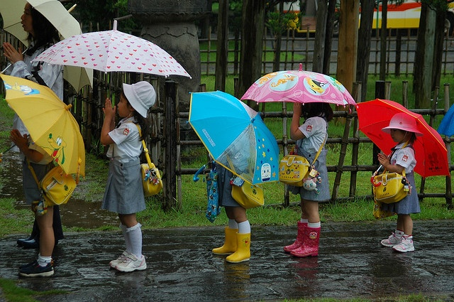 """Children Umbrellas"", these kids are on a field trip and praying at a buddist temple outside Tokyo, at Ota le 13 juillet 2006, photo par richfonseca01"