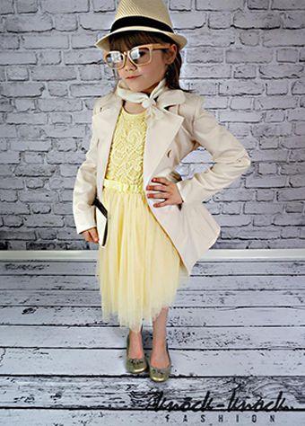 wiosenny trencz w stylu Burberry, w najmodniejszym kolorze beżu - MUST HAVE w każdej szafie niezależnie od wieku ;) Do kupienia na: mail: knocknock.fashion@gmail.com fb: https://www.facebook.com/pages/knock-knock-fashion/230430617163127?ref=hl instagram: http://instagram.com/knock_knockfashion#
