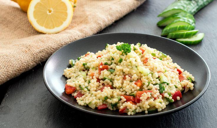 Leckerer Couscous-Salat mit einem erfrischendem Zitronendressing – perfekt für die heißen Tage! #kuskus #couscous #salat #zitrone #salad