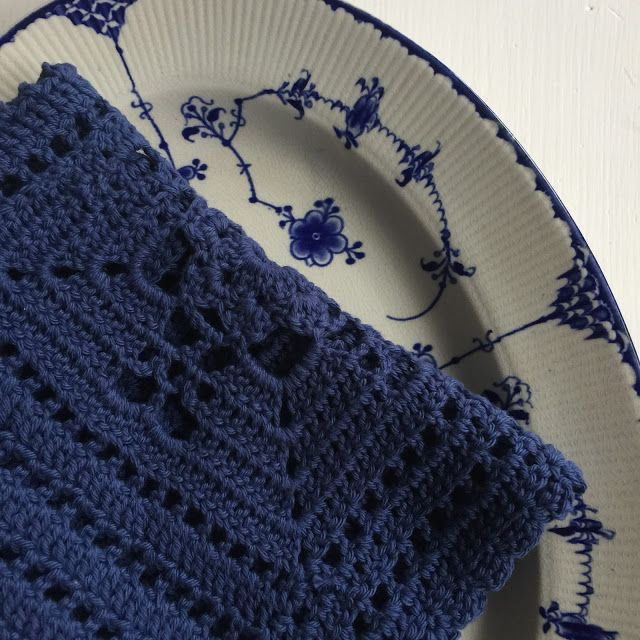 Karen Klarbæks Verden: Gratis opskrift på hæklet serviet der passer til det smukke musselmalede mønster