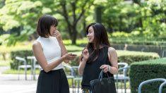 大人 2 名様分のビジネスの女性がおしゃべりで、都会の公園 stock photo