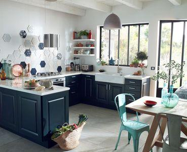 Esprit broc' dans cette cuisine Castorama avec des fenêtres d'atelier