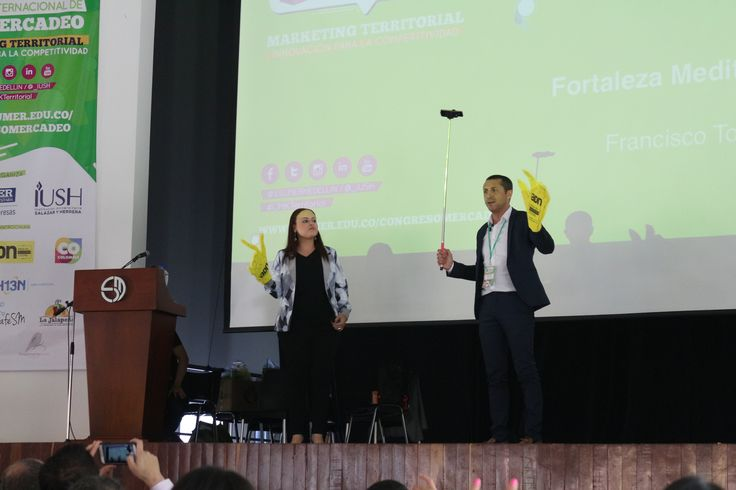Preparando al público para el selfie de ADN en el V Congreso Internacional Mercadeo sobre Marketing Territorial celebrado en Institución Universitaria Esumer Medellin