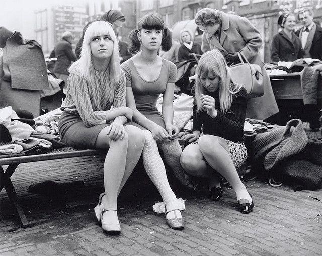 Meisjes in mini-rokken, Waterlooplein, oktober 1966  Foto Ben van Meerendonk / AHF, collectie IISG, Amsterdam