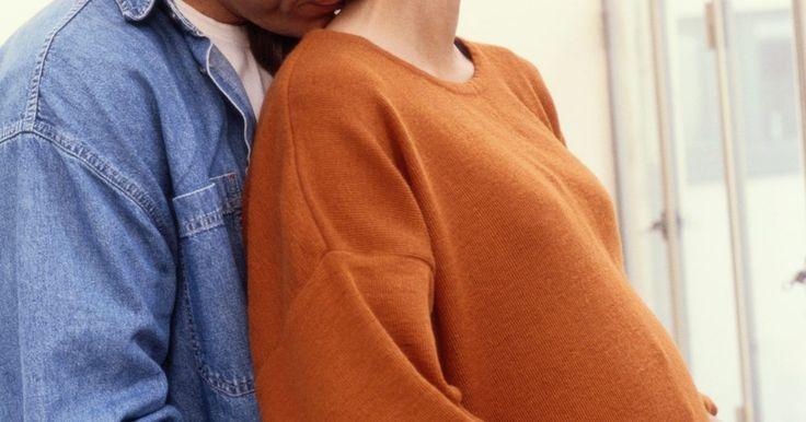 Quais são os efeitos da massagem no sistema reprodutivo?. Há muitos benefícios saudáveis na massagem terapêutica. Os casais que querem engravidar ou que estão esperando um bebê, podem obter benefícios especiais de massagem, que pode ajudar a aliviar as complicações da gravidez.