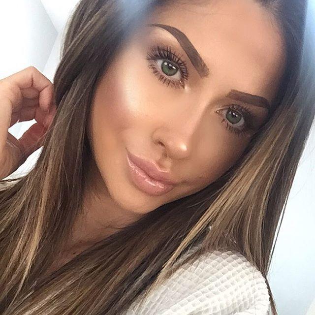 Hi ☀️ @girlactik 'Just Nude' star gloss @toofaced 'Better than sex' mascara @anastasiabeverlyhills Dipbrow pomade 'Dark brown' @toofaced 'You light up my life' love light highlighter ✨✨✨✨