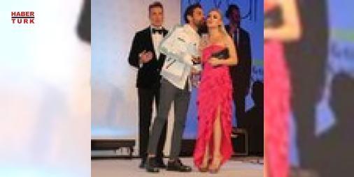 Yüzük parmağı kırıldı: Önceki akşam bir otelde düzenlenen Social Media Awards Turkey ödül töreni, ünlü isimlerin katılımına sahne oldu