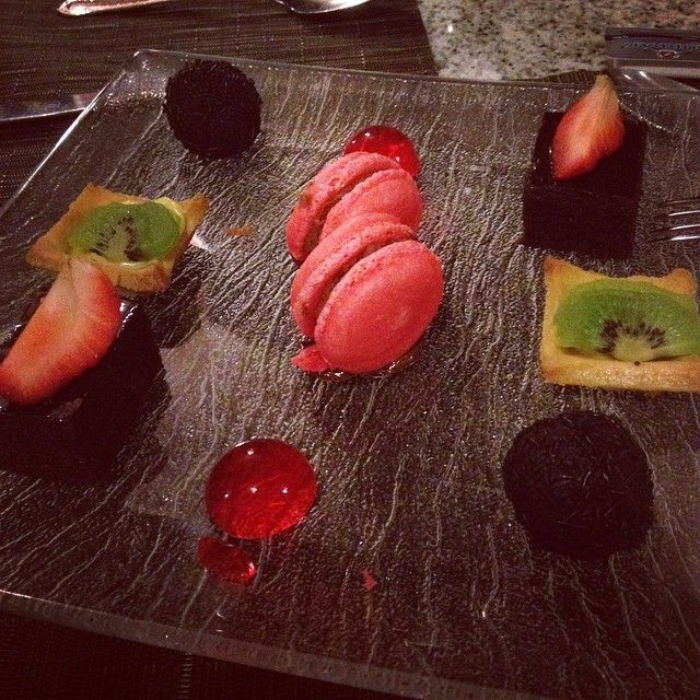 Macarons for dessert at Riu Palace Costa Rica Krystal Restaurant - All Inclusive - Themed restaurant - fusion cuisine