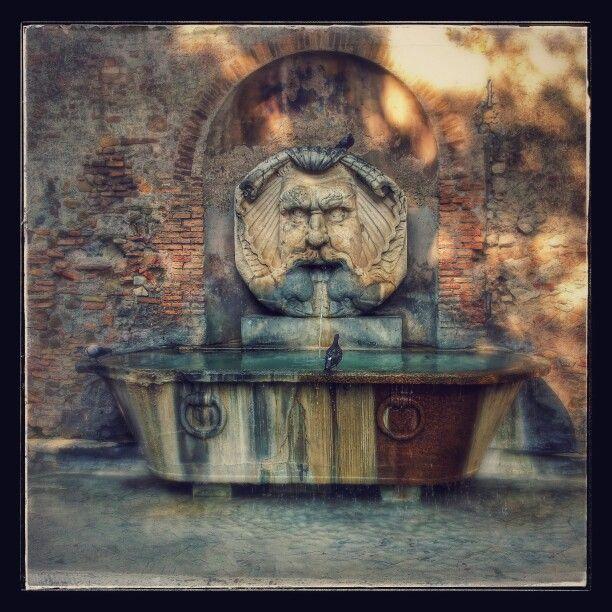 Fontana Piazza Pietro D'Illiria...adiacente ingresso Giardino degli Aranci