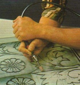 Técnica del grabado en cristal .  Para el grabado de cristal plano, la mano derecha es la que sostiene el cable del flexo, y la izquierda, el cabezal. El brazo derecho se apoya contra la superficie del cristal y el movimiento de la herramienta se logra por oscilaciones de la muñeca.  http://www.trucosymanualidades.com/