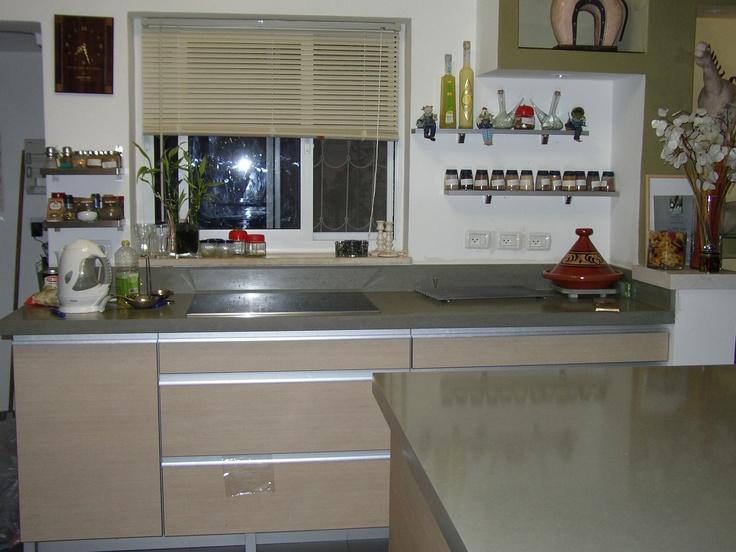 מטבח עם משטח ובו הכיור בהתקנת אפס