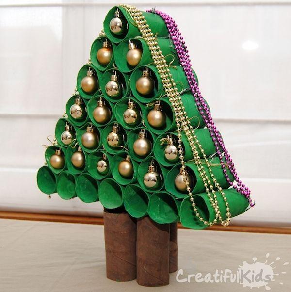 Árbol de navidad. Cada niño traerá un rollo de papel higiénico, posteriormente lo pintarán algunos marrones y otros verdes, con ellos formarán  un árbol para decorar la clase.