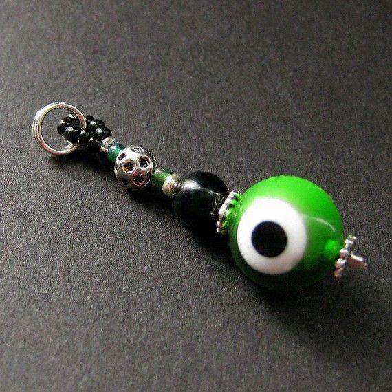 Encanto del verde del globo ocular. Encanto de esmeralda verde