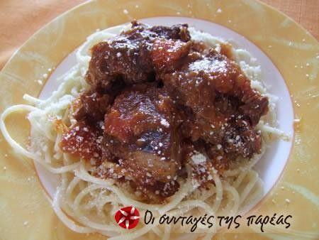 Κλασσική γεύση το κοκκινιστό μοσχαράκι. Σερβίρετέ το με πουρέ, ρύζι, μακαρόνια ή τηγανιτές πατάτες. Είναι το ίδιο νόστιμο!