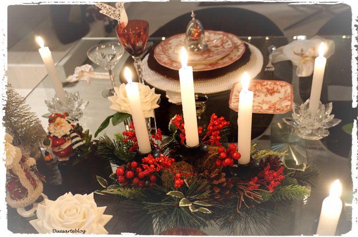 O candelabro central que é um arranjo natalino...
