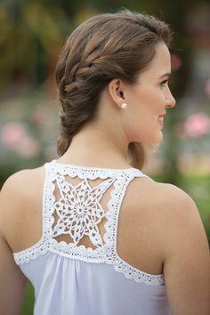 Nossa dica de hoje será essa linda e delicada Blusa branca com decote nadador em crochê. Trabalho feito pela equipe da Coats.