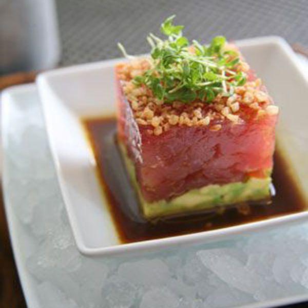 Dopo aver abbattuto il tonno, tritare la polpa del pesce a coltello.Non marinarlo, ma conservare il tonno in frigorifero, coperto da pellicola.Passare prima al forno il pane di soia, tagliato a fettine, con un goccio di olio all'aglio.Poi, una volta ...