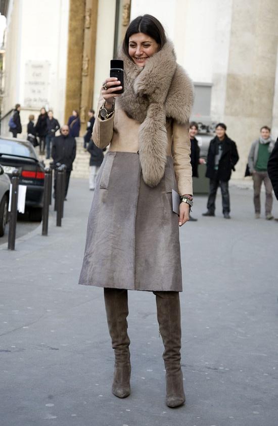 Giovanna Taking a Photo  via Street Peeper