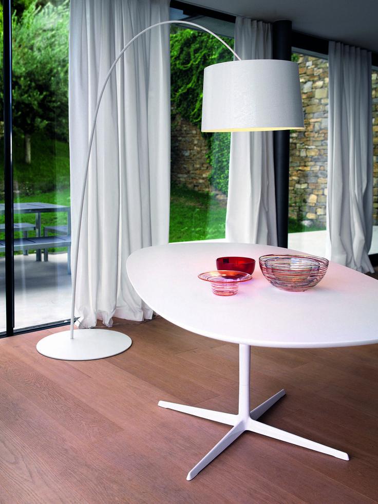 Twiggy ist eine zeitlose Designer Bogenleuchte von Foscarini, die das perfekte Lichtverhältnis für ein gemütliches Ambiente bietet.