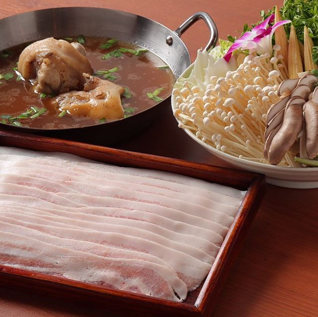 『旨味トリトン』御一人様1700円 . 鶏&豚をベースに丹念に仕上げたスープ 鶏🐔と豚🐷、トリトン・・・🤣 コクと旨味とコラーゲンの絶妙なバランスをご賞味くださぃ . お肉は、沖縄のまーさん豚を使用 . 豆苗、エノキがどっさり入ったお野菜達と😊 . ポン酢やシークァーサー胡椒との相性も抜群😉 . #北区 #同心 #天満 #肉鍋 #肉 #鍋 #赤 #白 #モツ #しゃぶしゃぶ #ピリ辛 #豚足 #沖縄そば #パクチー #コラーゲン イソフラボン #豆乳 #日本酒 #マッコリ #冷凍フルーツサワー