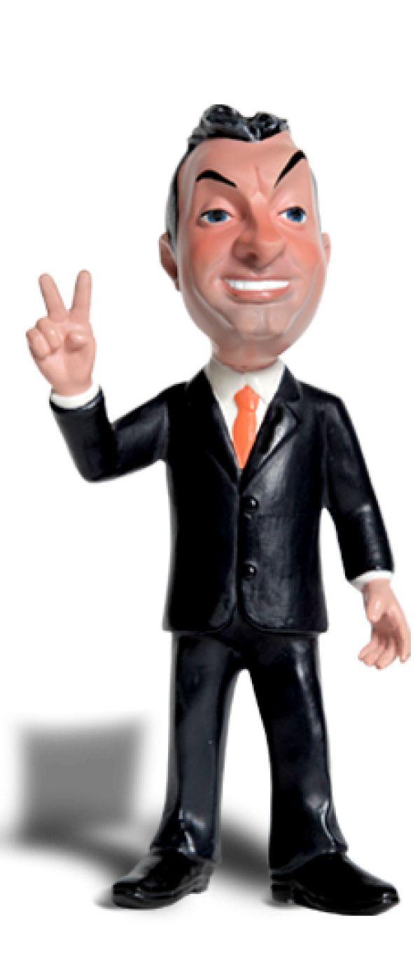- Orbán Viktor 1988-ban a Fidesz egyik alapítója, majd 1993-ig választmányának tagja. 1993 és 2000 között, illetve 2003-tól a párt elnöke. 1990-től országgyűlési képviselő, 1994-ig a Fidesz frakcióvezetője. 1998 és 2002 között és 2010. május 29-től Magyarország miniszterelnöke. - 14 cm magas, kézzel festett, tömör műanyag figura - Orbán karikatúra figura - exkluzív csomagolásban - a pulpitus és a figura elválaszthatók - remek ajándék szimpatizánsoknak és ellenzékieknek is