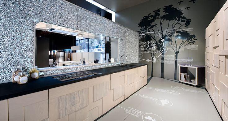 """L'idea di una """"green kitchen"""" per TM Italia nasce da un percorso di ricerca e sperimentazione progettuale condotto nell'ambito della terza edizione del Master in Eco-design & Eco-innovazione presso la Scuola di Architettura e Design dell'Università degli Studi di Camerino. La collaborazione tra l'Università e l'azienda ha prodotto interessanti risultati in termini di eco-innovazione e di sviluppo di nuovi concept di design sostenibile."""